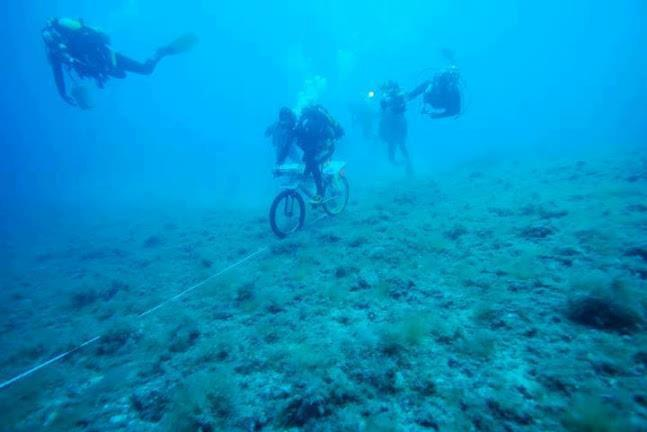 http://look-amazing.blogspot.pt/2012/07/lok-amazing-deepest-cycling-underwater.html