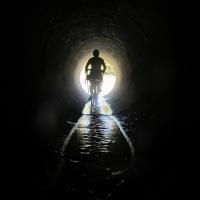 de bicicleta, uma luz ao fundo do túnel