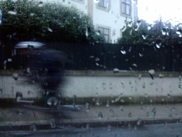quem pedala à chuva