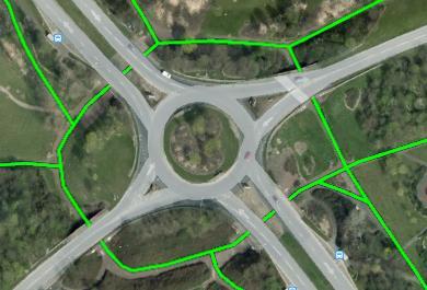 2 - Uma rotunda/rotatória típica de Milton Keynes. Reparem no tamanho da volta que o ciclista/pedestre precisa dar! (Via pedonal e ciclável partilhada em verde) Fonte: GoogleMaps