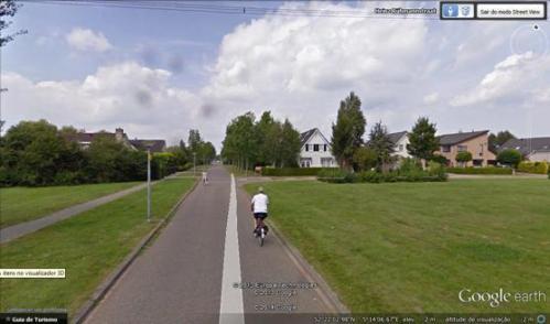 Figura 3 - Uma rua residencial totalmente partilhada (sem nenhuma medida de segregação) que acaba…  Fonte: Google Earth