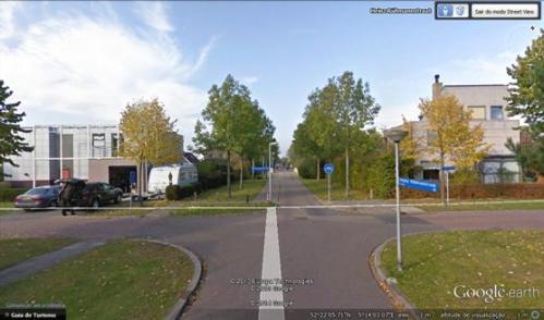 Figura 4 - Num cruzamento onde os ciclistas podem seguir a direito por uma via totalmente segregada. Uma solução muito comum. Fonte: Google Earth