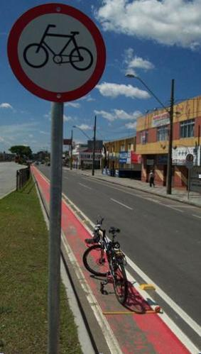 Figura 4 - Ciclovia com 75cm em Curitiba. Fonte: http://www.mobilize.org.br/noticias/5533/ciclovias-com-falhas-se-espalham-pelo-pais.html