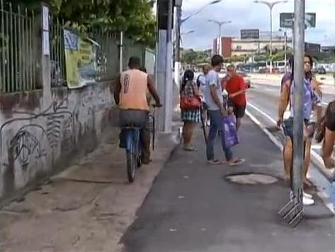 Figura 5 - Falta de respeito com pedestres e ciclistas. Fonte: http://deputadoedilsonmoura.blogspot.pt/2014/02/ciclovia-compartilhada-de-zenaldo-e-uma.html