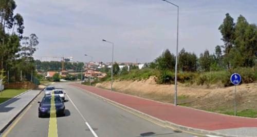 Figura 9 - Pedestres e ciclistas partilham a ciclocoisa pois há pouco espaço na rua... Fonte: GoogleEarth