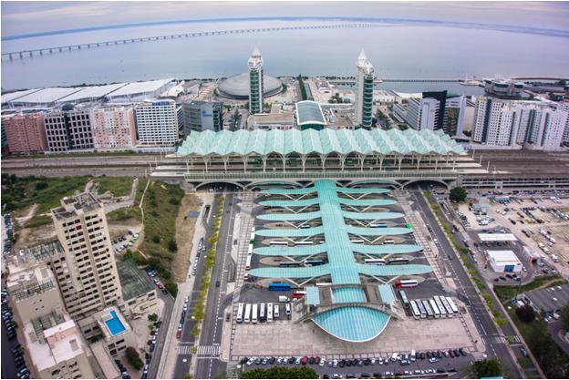 Figura 3 - Estação do Oriente em Lisboa. Um arranjo bem conseguido de uso misto e densidade populacional.  Fonte: http://www.elevogroup.com/fotos/editor2/estacao_do_oriente_pt.jpg