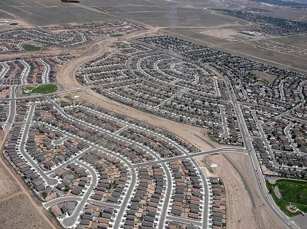 Figura 4 - Uma solução comum nos EUA, Canadá e Austrália: Zonas somente residenciais de baixa densidade. O chamado Urban Sprawl... Fonte: http://commons.wikimedia.org/wiki/File:Rio_Rancho_Sprawl.jpeg