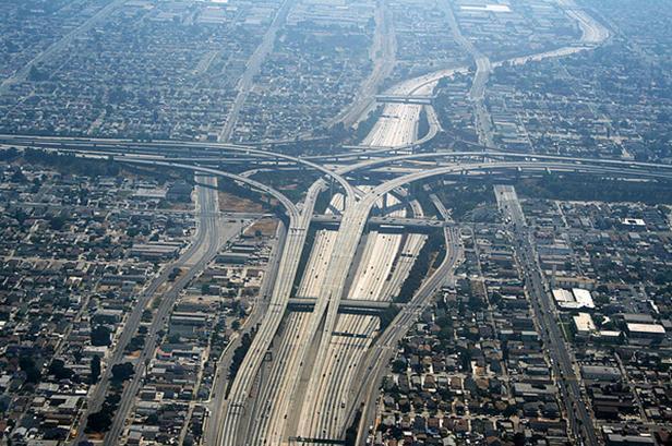 Figura 5 - que gera grande dependência automóvel, tornando o uso de transporte público pouco viável. Fonte: http://www.naturalbuildingblog.com/urban-sprawl/