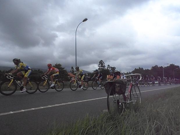 esperar pelo pelotón da Vuelta algures na Galiza