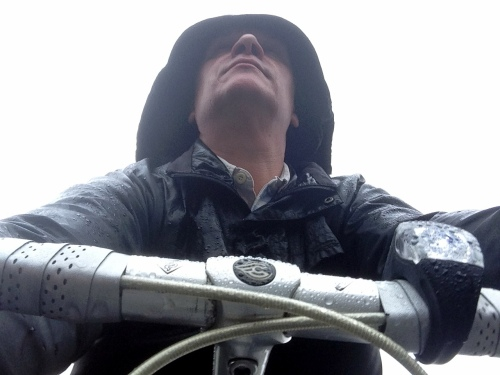 um ciclista à chuva