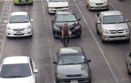 Um ciclista experiente sabe ocupar o lugar correcto na via