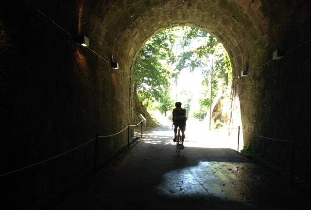 de bicicleta com a luz ao fundo do túnel
